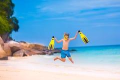 跳在海滩的男孩 图库摄影