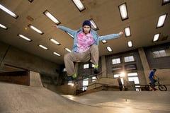 跳在空气的溜冰者 免版税图库摄影
