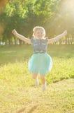 跳在自然的女孩 库存图片