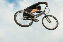 跳在自行车的人 库存照片