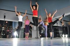 跳在航空的组女孩 免版税库存图片