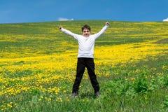 跳在草甸的男孩 库存图片