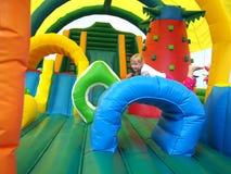 跳在跳动城堡的孩子 库存图片