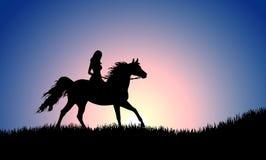 跳在马的女孩剪影在日落 免版税图库摄影