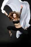 跳在黑色的新美丽的妇女 免版税库存图片