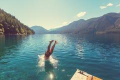 跳在水中 库存图片