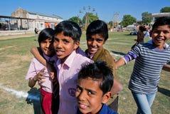 跳在围场的男孩印地安村庄学校 库存图片
