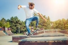 跳在滑板公园的溜冰者 免版税图库摄影