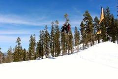 跳在Northstar加利福尼亚的挡雪板 库存照片