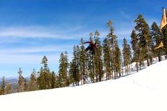 跳在Northstar加利福尼亚的挡雪板 免版税库存图片