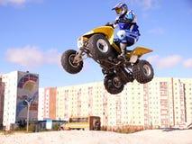 跳在quadrocycle。 库存图片