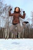 跳天空到冬天妇女 免版税库存图片