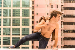 跳屋顶的梁托的人 免版税库存照片
