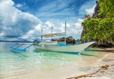 跳岛战术的传统小船在El Nido,菲律宾 免版税图库摄影