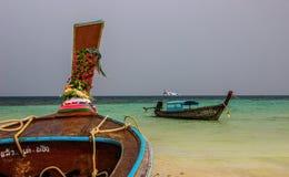跳岛战术的3条传统小船 免版税库存照片