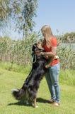 跳拥抱的妇女的狗 免版税库存图片