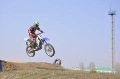 跳摩托车越野赛车手俄国翼果 免版税库存图片