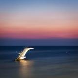 跳板到在海滩的水里 Lindos 希腊 库存图片
