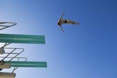 从跳板的年轻苍白潜水 免版税库存图片