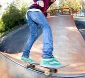 跳栏杆溜冰板者 库存图片