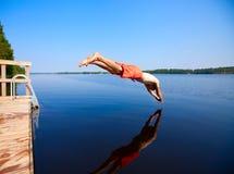 跳的人水年轻人 免版税库存照片