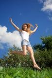 跳的俏丽的妇女年轻人 免版税库存照片