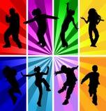 跳的孩子剪影。 免版税库存照片