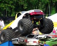 跳的巨型卡车击毁 库存照片