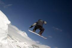 跳的挡雪板 免版税库存图片