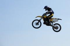 跳的摩托车越野赛车手 免版税库存图片