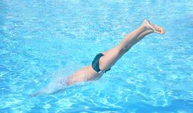 跳的游泳者 免版税库存图片