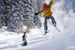 跳的滑雪者雪 免版税图库摄影