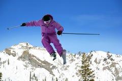 跳的滑雪者 免版税图库摄影
