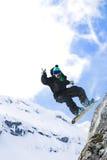 跳的男性雪板挡雪板 库存图片