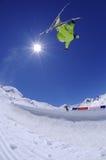跳的自由式滑雪者 免版税库存照片