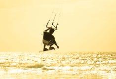 跳的kitesurfer 库存照片