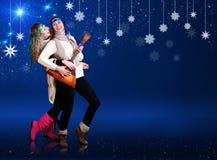跳舞与俄式三弦琴的二个愉快的女孩 免版税库存照片