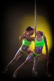 跳舞与定向塔的两个年轻性感的女孩 免版税库存图片