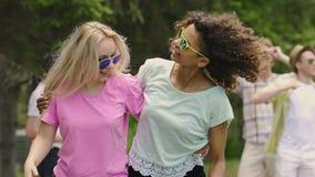 跳舞与朋友的两个逗人喜爱的女孩在室外党,庆祝生活的青年时期 影视素材