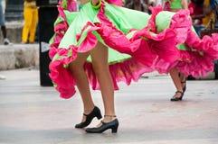 跳舞与绿色和橙色礼服的女孩老舞蹈 免版税库存照片