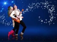 跳舞与balalika的二个女孩 免版税图库摄影