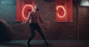 跳舞专业看的有胡子的人对照相机、惊人的芭蕾舞蹈艺术和背景 红色史诗 股票视频