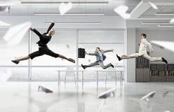 跳舞买卖人在办公室屋子里 混合画法 免版税库存照片