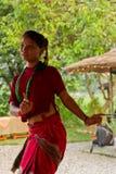 跳舞传统舞蹈的尼泊尔妇女在Chitwan,尼泊尔 免版税库存照片