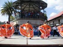 跳舞前进在墨西哥城的墨西哥的共产党的人和示范在劳动节 库存图片