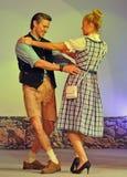 跳舞加上少女装礼服和皮短裤 免版税库存图片