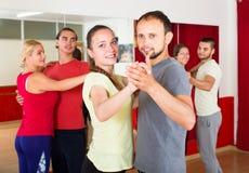 跳舞华尔兹的业余的舞蹈家 免版税库存照片