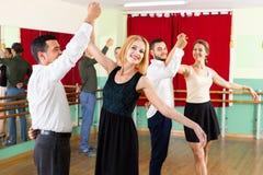 跳舞华尔兹的树年轻夫妇 图库摄影