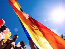 跳舞卡车的同性恋自豪日人LGBT人有彩虹旗子的 库存图片