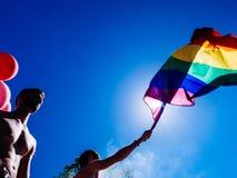 跳舞卡车的同性恋自豪日人LGBT人有彩虹旗子的 免版税库存照片